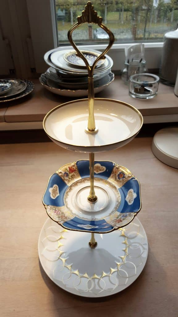 Étagère (white, gold, blue, red)